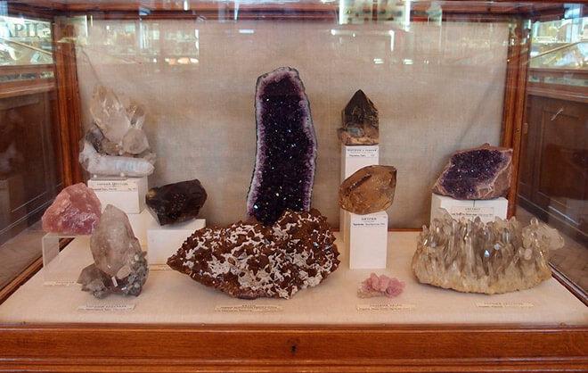 Витрины с образцами минералов