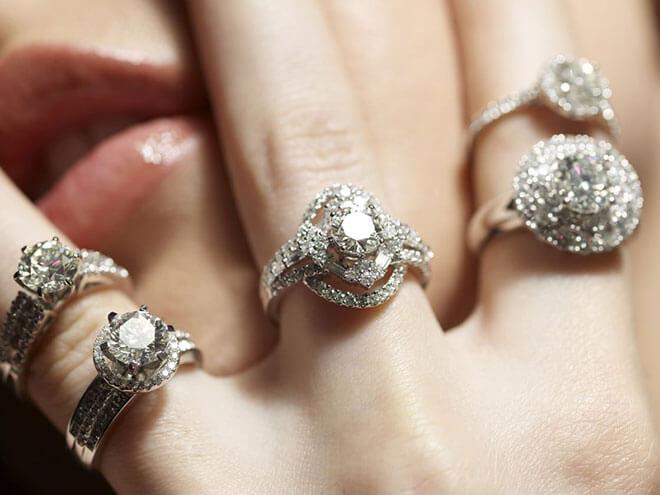 Кольца с бриллиантами на руке