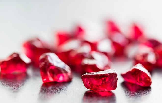 Рубин красного цвета