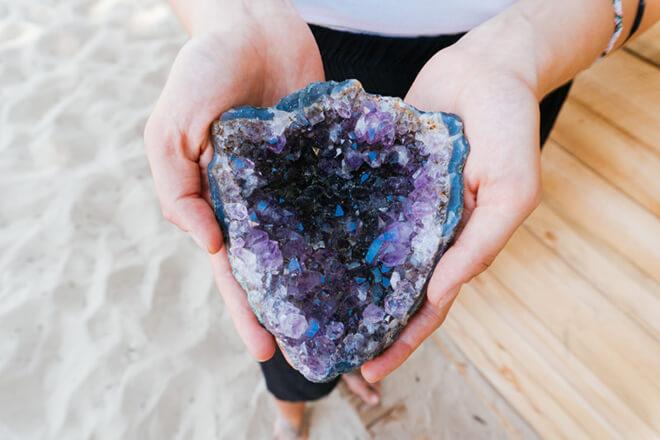 Девушка держит в руках редкий камень