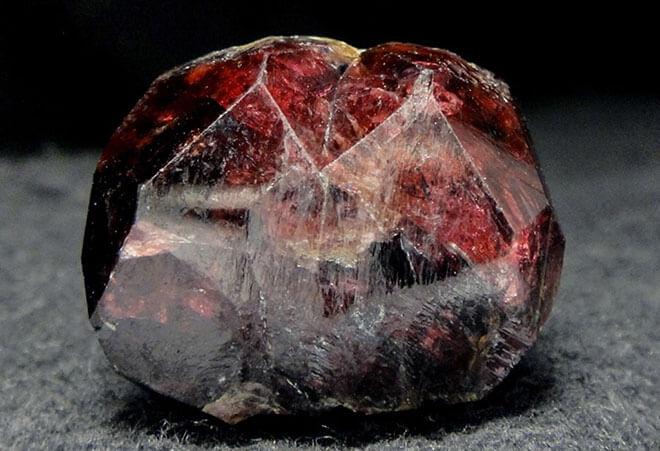 Камень карбункул в природе