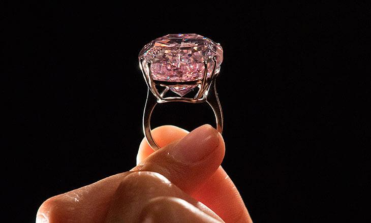 Знаменитое кольцо с розовым бриллиантом