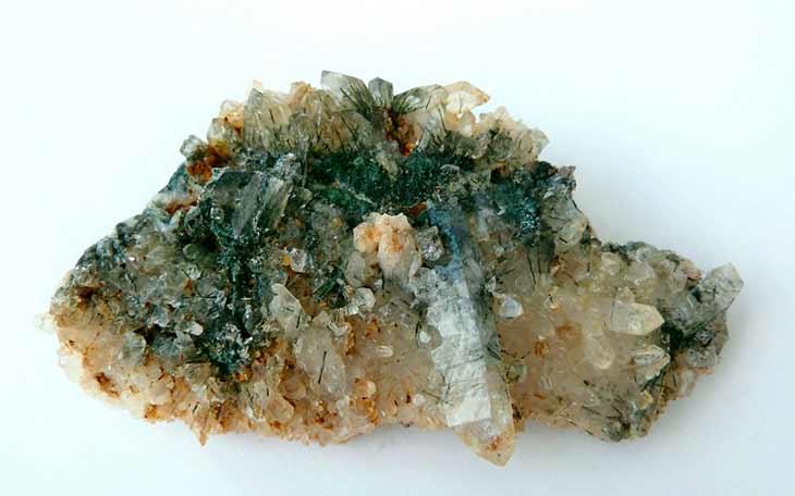 Друза кристаллов горного хрусталя, пронизанная кристаллами зелёного турмалина.