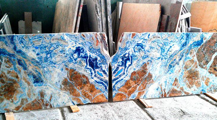 Камень небесно-голубого цвета